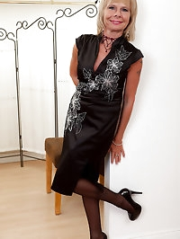 Sexy and elegant 42 year old Cathy Oakley stuns us with..