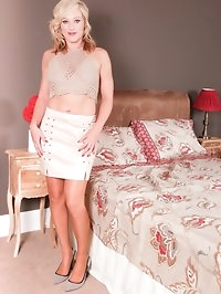 Axa wakes up horny! Seeing you she wonders if you mind if..