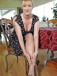 Seductive milf Bethany Sweet pushes down her pantyhose and..