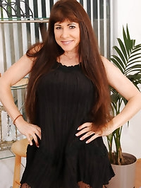 Experienced cougar Alexandra Silk flaunts her big tits and..